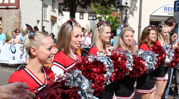 Cheerleader sorgen für Stimmung im Ziel